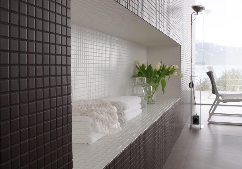 Piastrelle con smalti opachi seta soluzione per bagni residenziali.